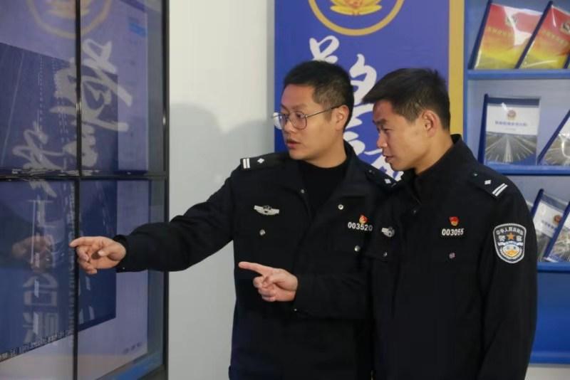 汪云山(右)在工作中
