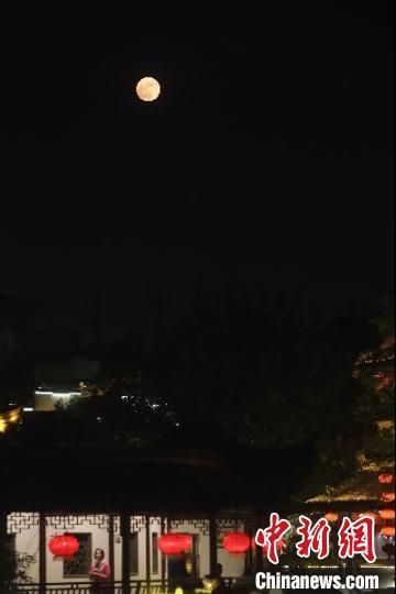 """图为2016年11月14日的""""超级月亮""""。 泱波 摄"""