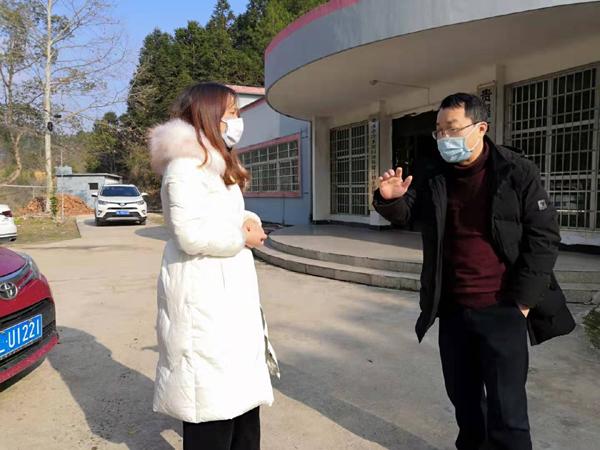 副镇长董丽萍在卫生院视察接诊情况