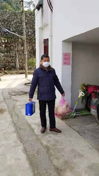 云梦山社区志愿者为隔离群众送生活必须品
