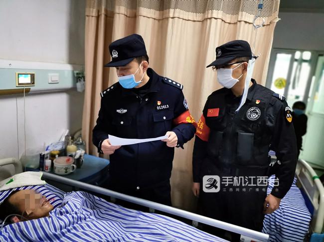 邓金海(左一)在看望患者1