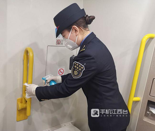 列车长对车内进行消毒作业