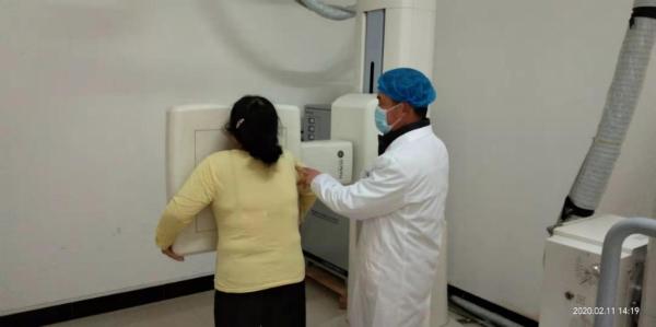 黄乃萍医生为急诊患者拍摄胸片