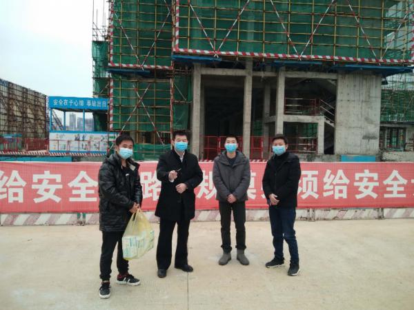 谭晓峰为项目送去口罩等防疫物资