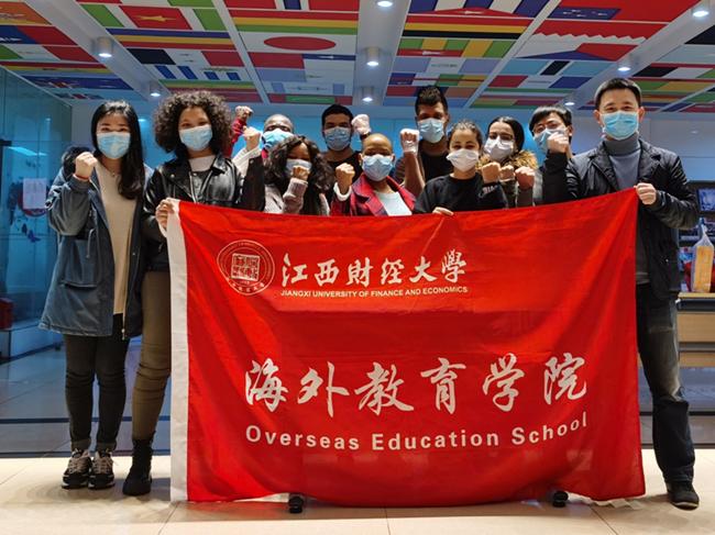 1海外教育学院教师与留学生志愿者在一起。左一为李妍婷老师,右一为王琦老师