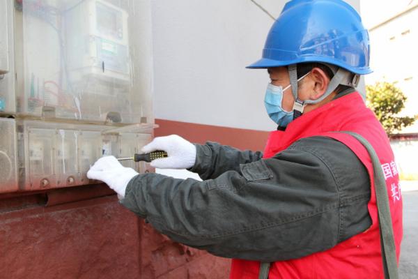 许国平为客户检查漏电保护器