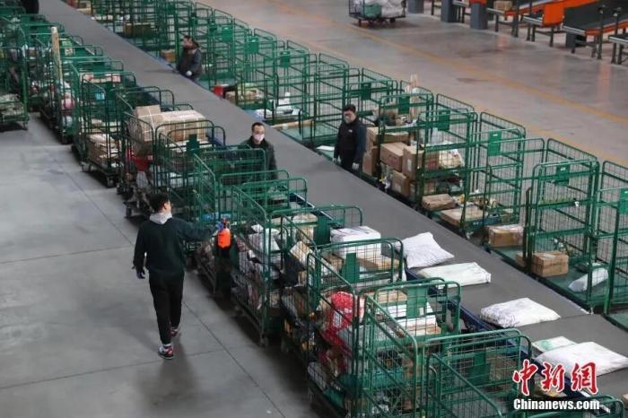 2月20日,宁夏银川邮政分拣中心的员工在对邮件进行消毒。 <a target='_blank' href='http://www.chinanews.com/'>中新社</a>记者 于晶 摄