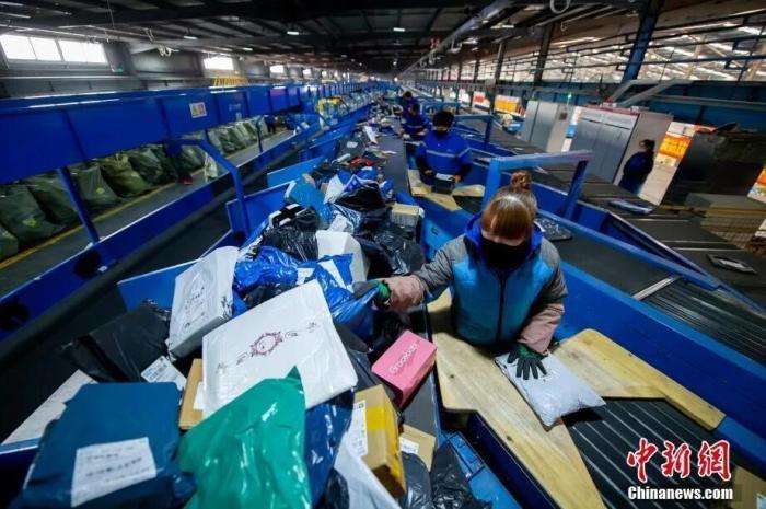 2月20日,山西省太原市,在中通快递山西转运中心,员工戴着口罩分拣包裹。<a target='_blank' href='http://www.chinanews.com/'>中新社</a>记者 韦亮 摄