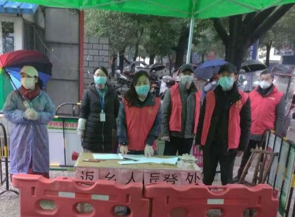 (徐燕青在湖滨小区做志愿者)