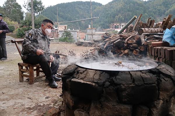 杨记林熬制凉茶