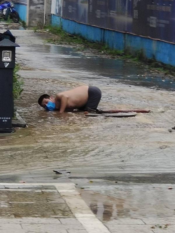 图为刘朝俊水中作业场景
