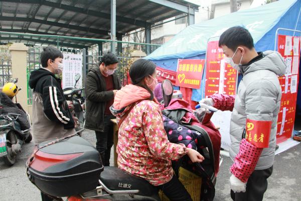市公路局志愿者在平安路社区毛家菜市场开展疫情防控工作_meitu_5