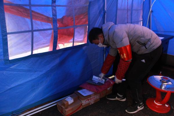 市公路局志愿者在为居民整理寄存的快递包裹_meitu_6
