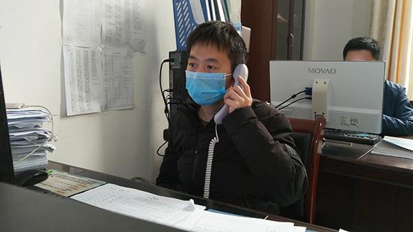 金山镇信访办陈诚正在电话回访上访群众