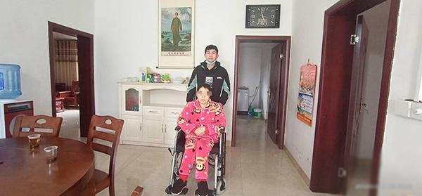 图为王志伟与母亲温放芝