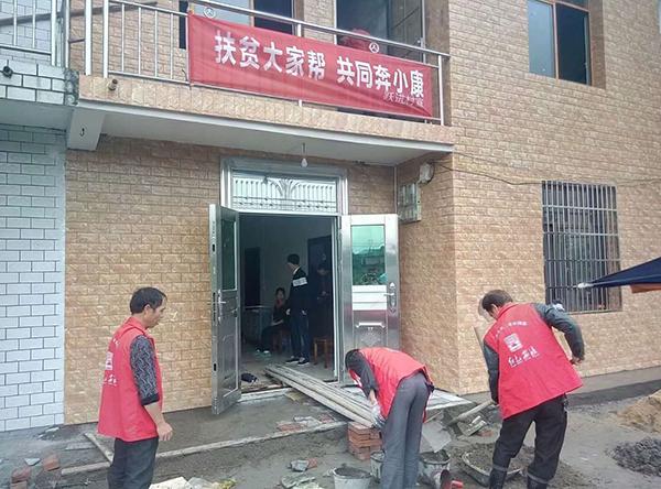 图为跃进村组织党员干部志愿者义务为王志伟家建房1