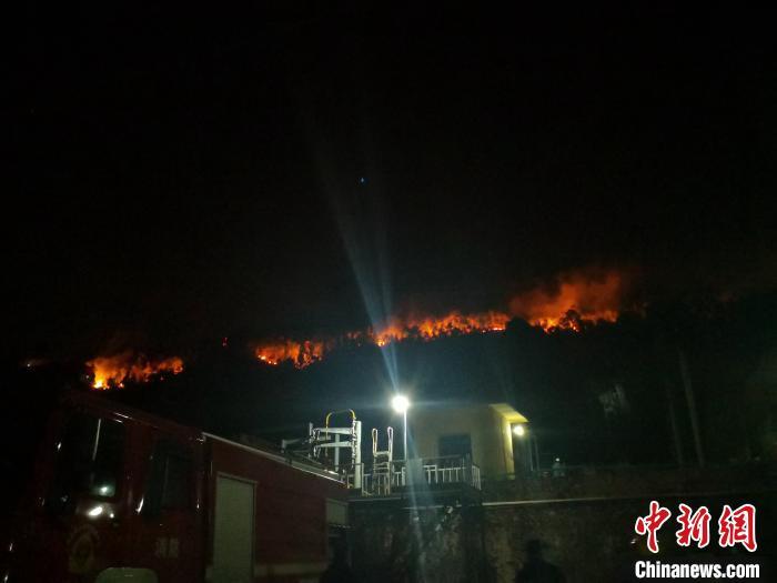 31日凌晨,液化气站现场的火情。 袁吕 摄