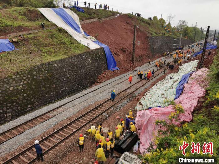 事故现场,铁路线上塌方体、侧翻车厢已清理完毕。 杨华峰 摄