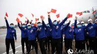 回家啦!医疗队队员开心地挥舞五星红旗。时雨/摄