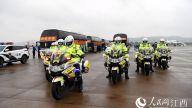医疗队将在统一安排下前往九江进行集中休养。图为交警铁骑开道。时雨/摄
