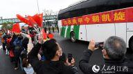 医疗队将在统一安排下前往九江进行集中休养,民众欢送。时雨/摄