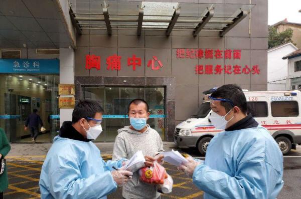 陈冯春和社工为受助人员购买车票并送至火车站