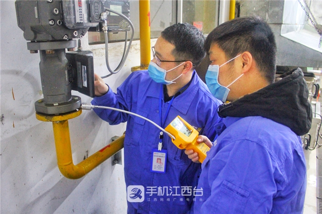 燃气安检员对南昌十中校园食堂的燃气设施进行安全检查