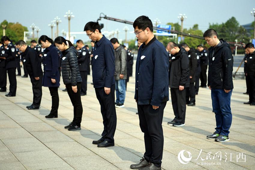 社会各界人士在江西省行政中心广场向英雄致敬,向逝者志哀。(时雨/摄)