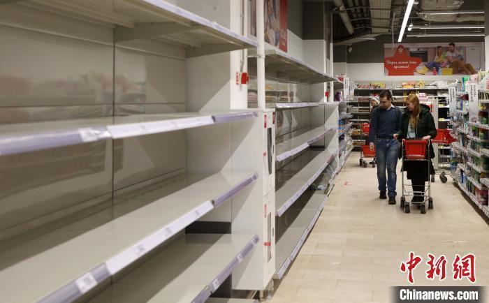 资料图:近日,俄民众开始囤积大米、面条、面粉、面包、土豆等。王修军 摄