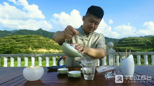 胡鑫恒在茶园泡茶品茶