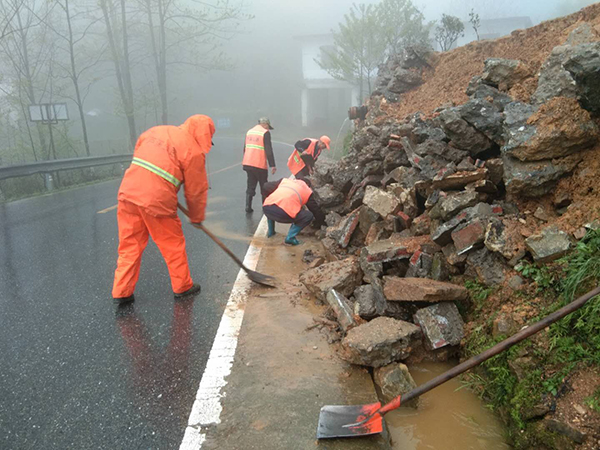 风雨中,芦溪公路人正在225省道长丰路段处治塌方。