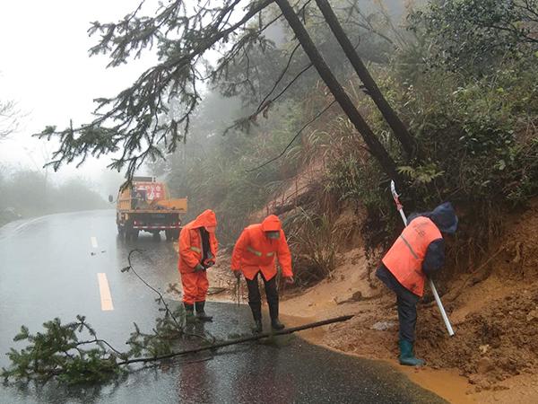 风雨中,芦溪公路人正在225省道长丰路段清除塌方。
