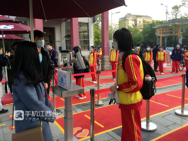南昌二中红谷滩校区初中部复学首日,学生们返校。
