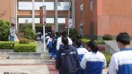 结束上午的课程,同学们分批前往食堂吃午饭。