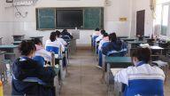 午休时,同学们分散在多个教室。
