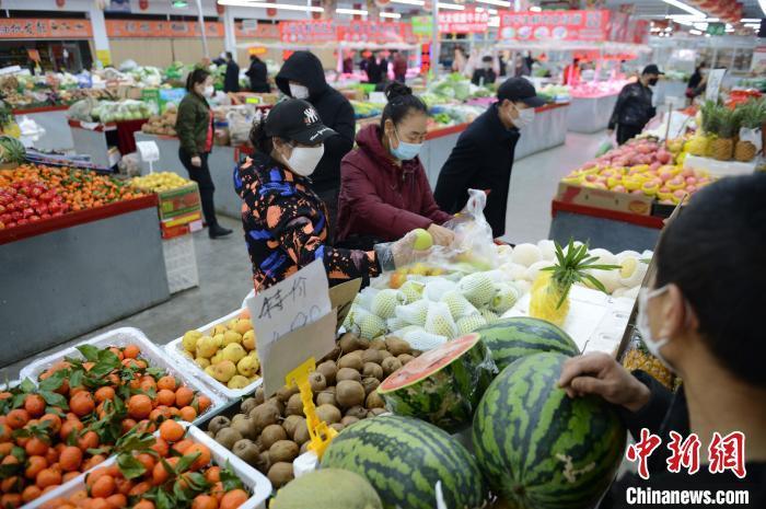 资料图:呼和浩特菜市场上人流涌动。 刘文华 摄
