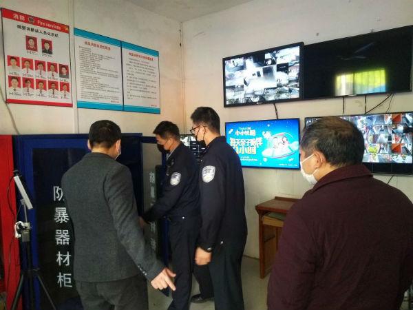 图三:民警检查学校的防爆器材2