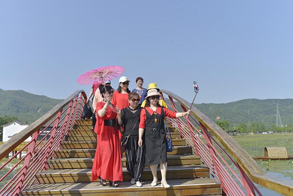"""2020年4月27日,游客在安源区五陂海绵小镇""""五彩花溪,十里绿廊""""生态园游览。"""