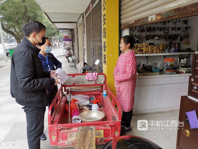 2020年3月,疫情防控期间,戴青峰上门督导沿街商铺落实防疫措施,有序复工。