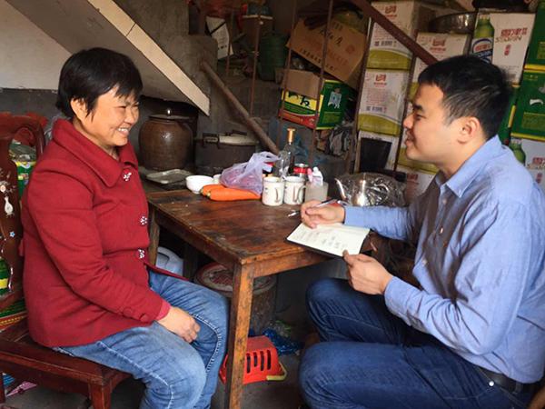 第一书记戴维阳帮助彭学群策划超市经营