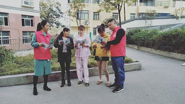 廖日峰给社区居民宣传文明社区创建知识