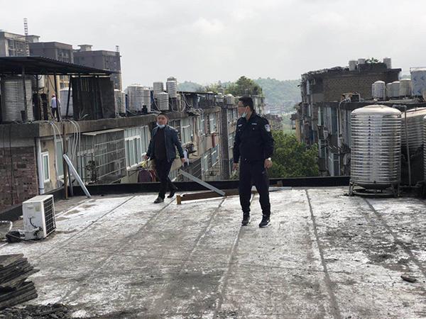 老旧小区改造廖日峰检查房屋情况