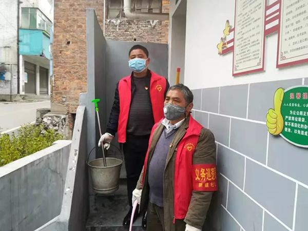 廖日峰带领社区志愿者给公共厕所消毒