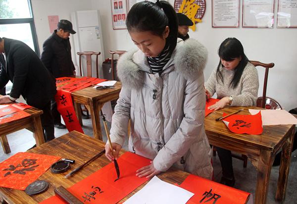 新时代文明实践站友邻书法班在给村民们写春联