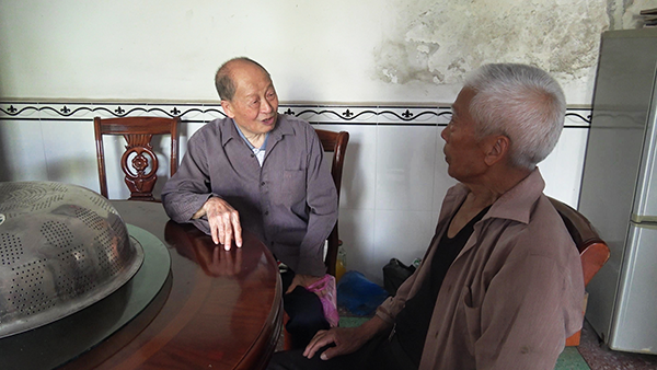 杨奎章走访村里的老人收集资料