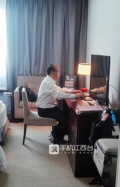 全国政协委员、江西农业大学副校长刘木华在完善提案