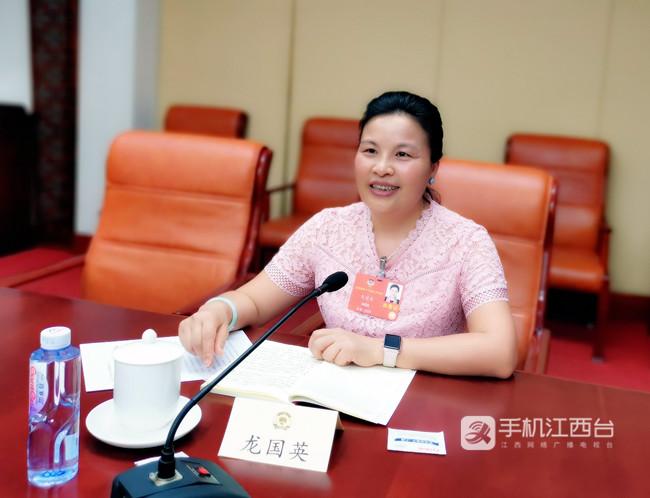 全国政协委员、农工党江西省委会副主委、南昌市副市长龙国英发言