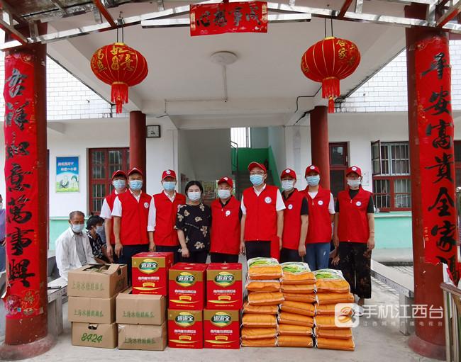 志愿者们给遂川县泉江中心敬老院的老人送上生活物资
