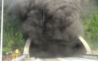 赣州一隧道内货车起火蹿出浓烟 多车多人被困