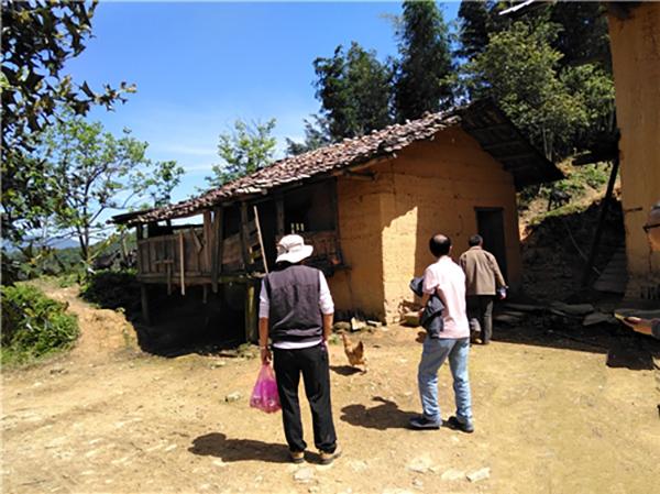 帮扶干部和驻村工作组长在养殖基地开展调研走访